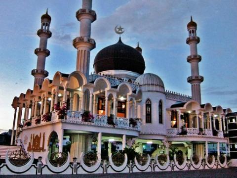 İslam ülkeleri Ramazan'a ve bayrama neden farklı tarihlerde başlamaktadır?